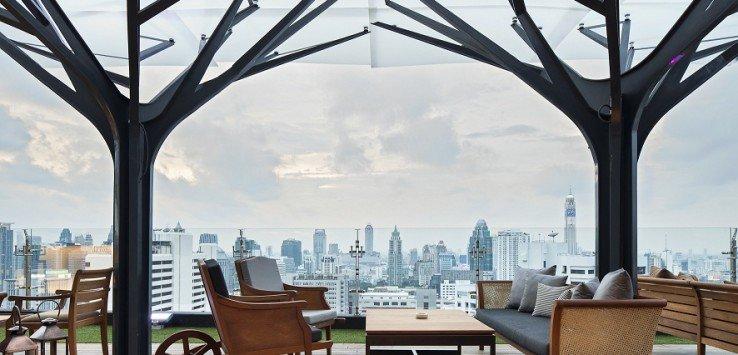 """Bangkok von oben - Für mich ist Bangkok die Stadt der Rooftop Bars. Warum weiß ich eigentlich nicht, denn es gibt ja auch in Shanghai, Hongkong, New York und Beirut geniale Bars und Party-Locations auf dem Dach. Kürzlich fragte ich einen Asienkenner, ob er das auch so sehe. Er sagte: """"In Bangkok ist eben das Wetter besser. Dort ist es auch im Winter nicht kalt, wie in den anderen Städten."""" Komisch, dachte ich, dass ich nicht selbst darauf gekommen bin, das hört sich plausibel an. Hier sind die 10 schönsten Hotspots auf Bangkoks Dächern – Klassiker und Neuentdeckungen."""