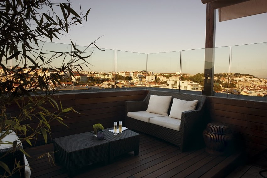 In der Sky Bar der Rooftop Bar des Tivoli Lissabon gibt es auch ruhige Lounge Ecken. Copyright: Hotel Tivoli Lisboa-