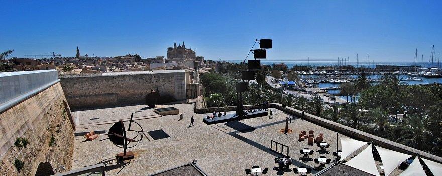 Mallorca im Winter: Terrasse des Es Baluard Museum, Palma