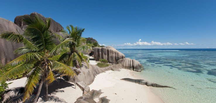 Dieser Strand entspricht dem Traum eines jeden Inselurlaubers: Flaches, türkisblaues Meer, weißer Sand und eindrucksvolle Granitfelsen. Kein Wunder, dass kaum eine Bucht so oft fotografiert wird. Schutz bietet das vorgelagerte Riff – daher ist der Strand ideal zum Schnorcheln.®SeyVillas