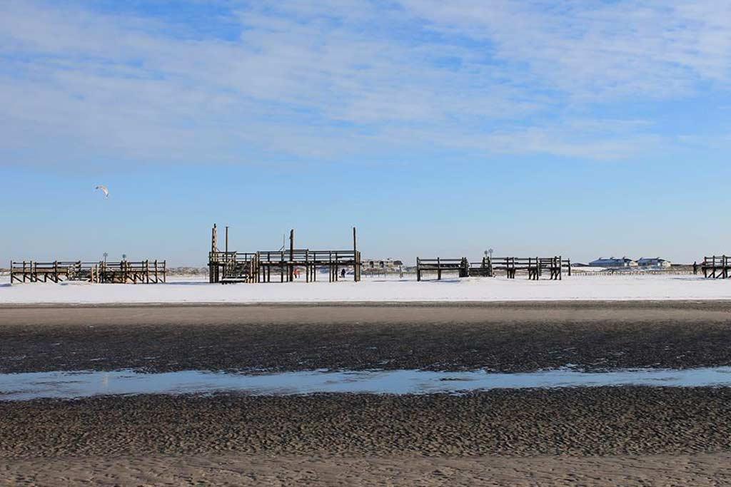 St. Peter Ording geört zu den schönsten Nordseestränden. Auch wegen seiner Pfahlbauten