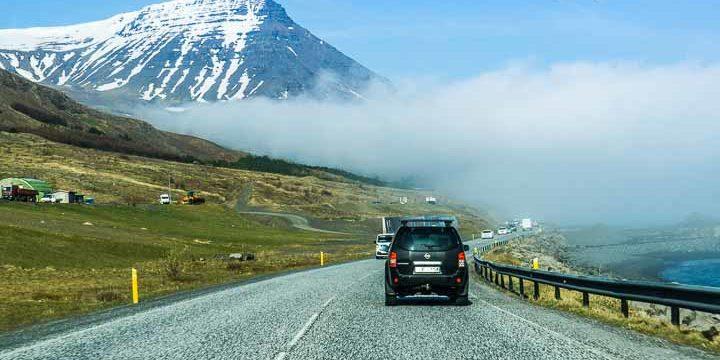 im Mietwagen durch Island