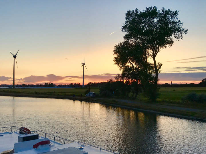 Luxus Hausboot in Polderlandschaft