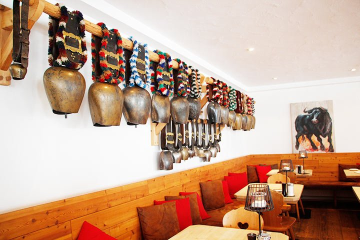 Kuhglocken im Restaurant des Hotels