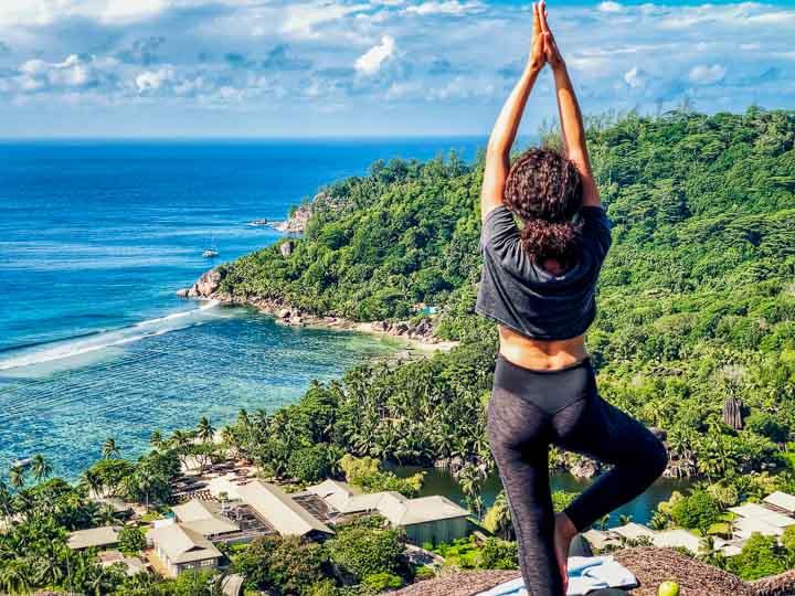 Yoga und Pilates mit persönlichem Trainer auf dem Berg zum Sonnenaufgang