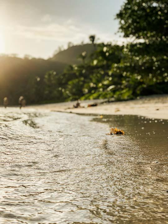 Traumhaftes und kristallklares Meer mit weißem Strand auf den Seychellen Mahe