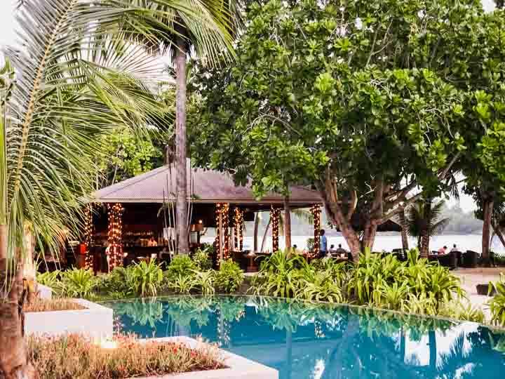 Poolbereich und Blick auf das Strandrestaurant